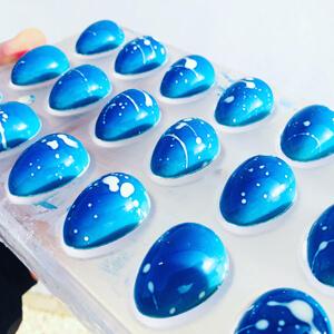 paaseitjes opgevuld met een ganache van blue curaçao
